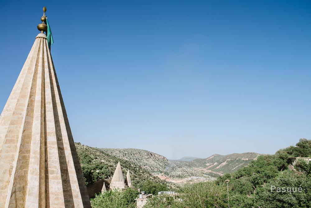 Le temple de Lalesh vu depuis une colline environnante.