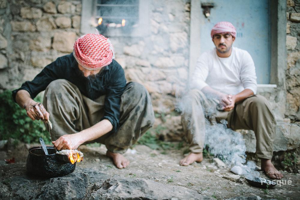 Chaque soir avant le couché du soleil à Lalesh, des yézidis allument un feu avec de l'huile et des mèches devant chaque maison.